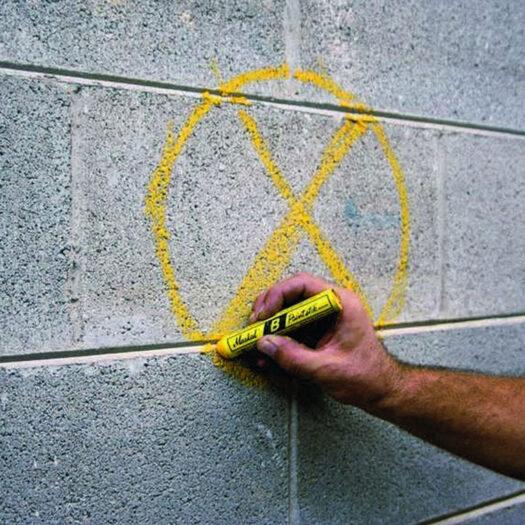 Markal Paintstik gebruikt op beton muur. Waterbestendig en bestand tegen UV straling. Ideaal voor graffiti art.