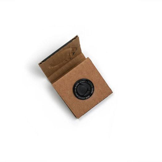 De MTN Mute silencer magnet houdt het ijzeren balletje in een spray paint spuitfles op zijn plaats, zodat je het lawaai voorkomt.